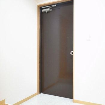 玄関はずいぶんと横長。