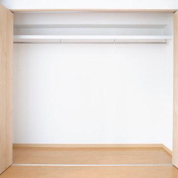 【洋室】洋室のクローゼットは2人分もすっぽり収まる容量!