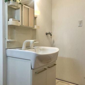 洗面はコンパクトに(※写真は1階の同間取り別部屋のものです)