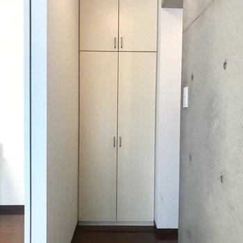 玄関横の収納。ここには掃除機とか日用品のストックを入れたい!(※写真は1階の同間取り別部屋のものです)