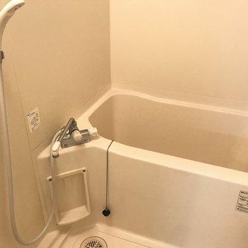 お風呂は単身用サイズ。サーモ水栓ですよ!(※写真は1階の同間取り別部屋のものです)