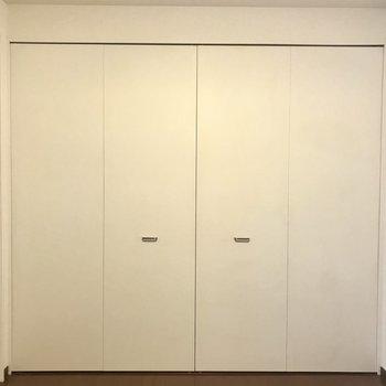 洋室には大きなクローゼット(※写真は1階の同間取り別部屋のものです)