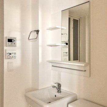 コンパクトで可愛い洗面台。棚も付いてますね。