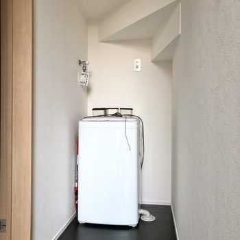玄関の突き当たりに洗濯機置き場がありました。