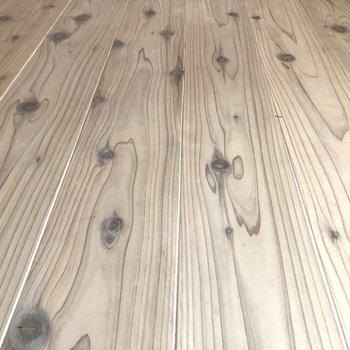 【ディテール】サラッとした温かみのある無垢床。