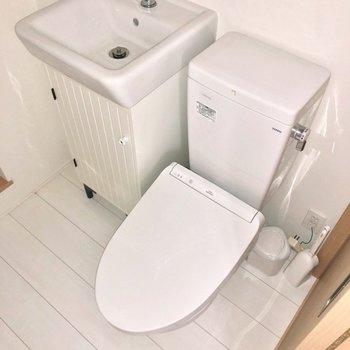 温水洗浄付きのトイレが並びます。