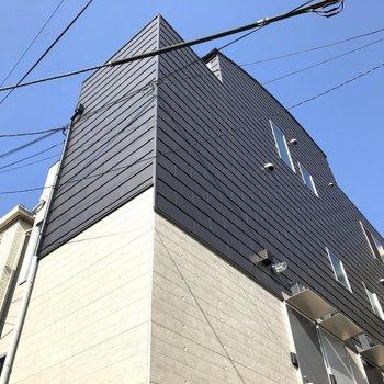 ツートーンカラーの建物です。