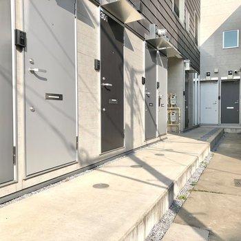 こちらの通路突き当たりのドアが今回のお部屋。