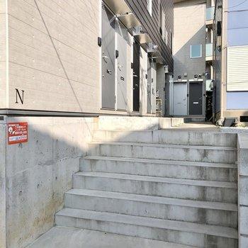 ちょこっと階段を登ります。