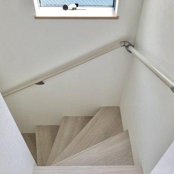 階段には小窓があり、日中は明るく照らしてくれます。