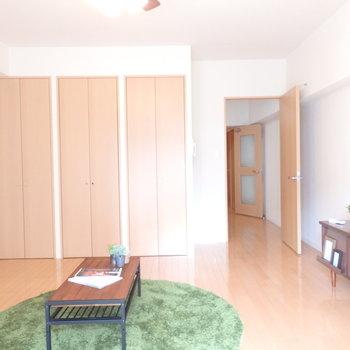 リビングはソファも置ける広さ(※写真は2階の同間取り別部屋、モデルルームのものです)