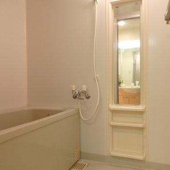 お風呂はシンプル(※写真は2階の同間取り別部屋、モデルルームのものです)