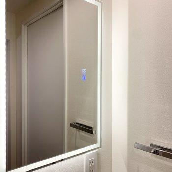 鏡をタッチすると、照明の色が変わります。