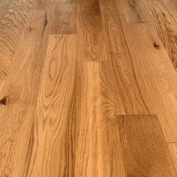 床面は無垢材が使用されています。