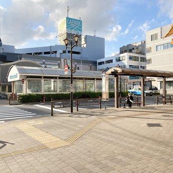 駅前は多くのお店で賑わいます。