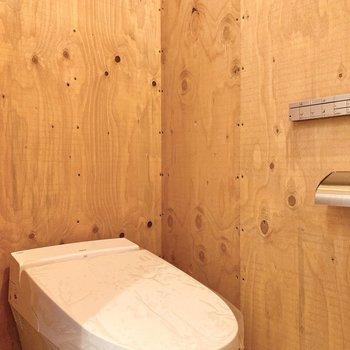 収納の隣にはトイレです。