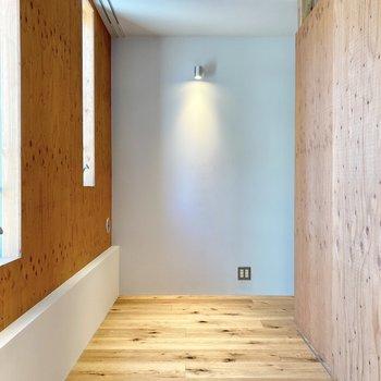 白壁と無垢がライトに照らされて素敵。