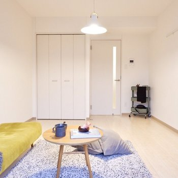 奥行きのある空間です。家具のレイアウトもしやすいですよ。※写真は2階の反転間取り別部屋のものです