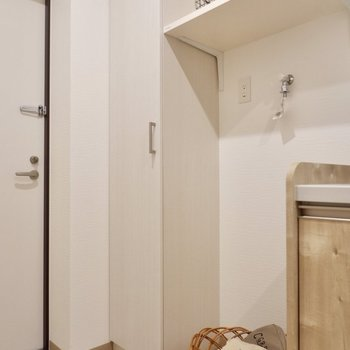 こちらに棚付きの洗濯機置き場です。※写真は2階の反転間取り別部屋のものです