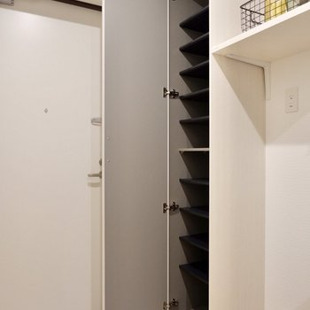 隣には背の高いシューズボックスも。※写真は2階の反転間取り別部屋のものです