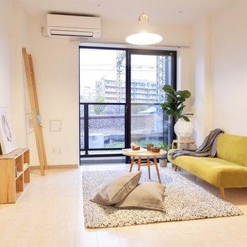 白を基調とした、上品な雰囲気のお部屋です。※家具・インテリアはサンプルです※写真は2階の反転間取り別部屋のものです