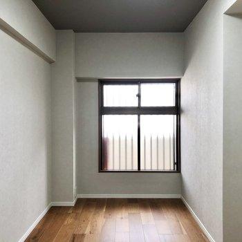 玄関から見て右の洋室です。窓開けると共用廊下です。