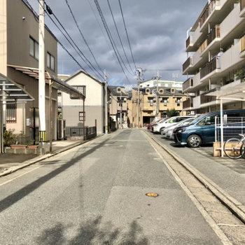 目の前の通りは交通量は少なめな印象。