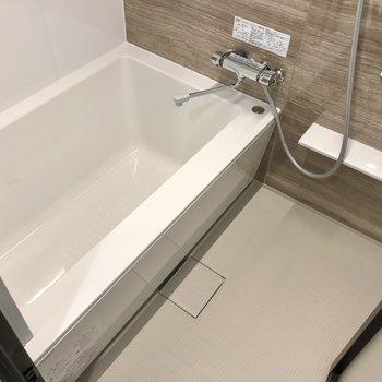 浴室乾燥機付きのバスルーム。ちゃんとサーモ水栓です。
