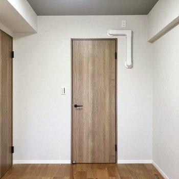 扉は全てウッディでナチュラルな統一感あります。扉を開けると・・・?