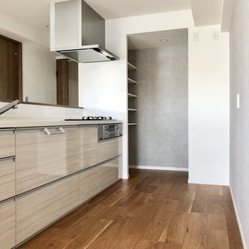 キッチンスペース余裕あります。冷蔵庫や棚もゆったり置けますね。