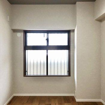 そして玄関から見て左の洋室です。子供部屋にもちょうど良さそう!
