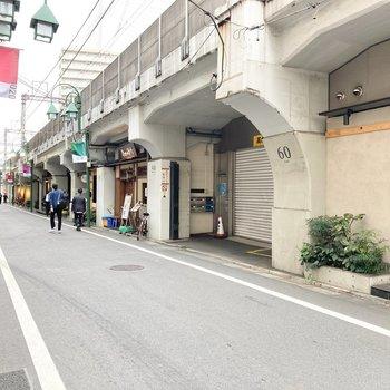駅前は飲食店で賑わいます。
