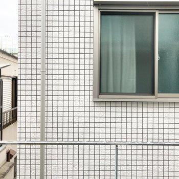 【LDK】共用廊下が見えています。もちろんブラインドも付いているので目隠しも◎