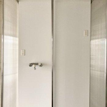 【LDK】キッチン近くに洗濯機置き場と冷蔵庫置き場があります。