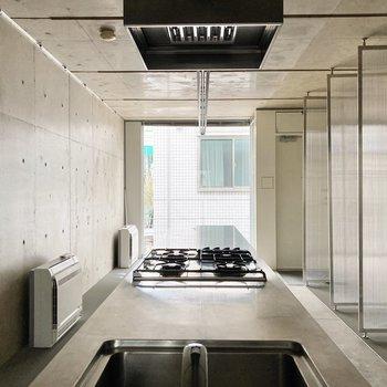 【LDK】コンクリート壁とステンレスのキッチンがおしゃれですね。