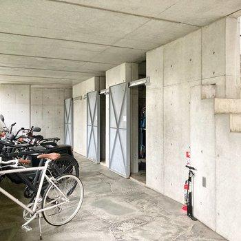 駐輪場とゴミ置き場がございます。