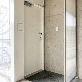 玄関にはシューズラックがあるといいかもしれませんね。