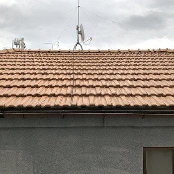 サイドの窓はお隣さんの屋根。離れているので圧迫感はありませんでした。