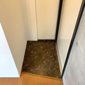 玄関スペースはコンパクト。靴はこまめに収納を。
