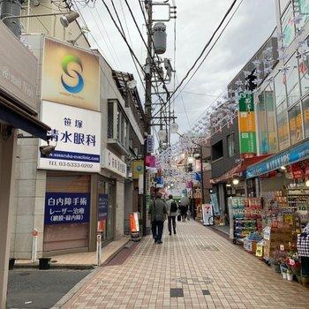賑やかな商店街を通って駅へ向かいますよ。