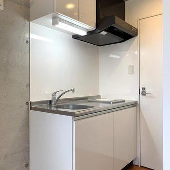 キッチンは上下にしっかり収納付き。