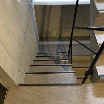 玄関扉を開けるとすぐ階段なので、ちょっと注意です。