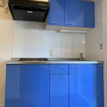 空色のキッチンがお部屋のアクセントに。