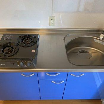 便利な2口コンロ。調理スペースは狭くなく、使いやすそう。