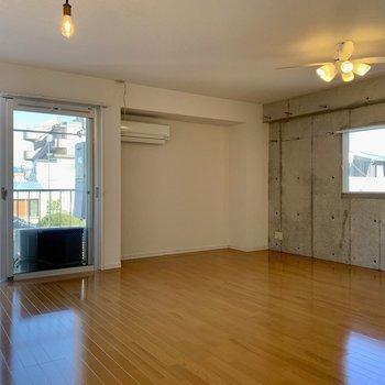 照明、床、壁のそれぞれ違うデザインが調和した不思議な空間