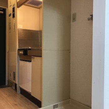 居室を出るとキッチンと洗濯機置場がありました。