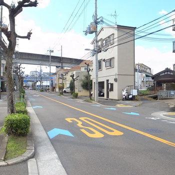 【周辺環境】大通りに出て右へ道なりに進むと最寄り駅!こっちと反対方面へしばらく行くとJR茨木駅です。