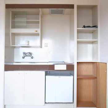 キッチンは単身者向けの大きさですが、収納棚がいっしょについています!