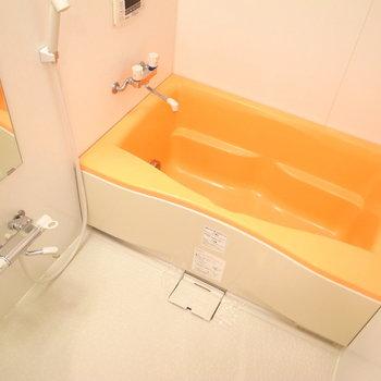 浴槽のオレンジ色で、お風呂もパッと明るい雰囲気。