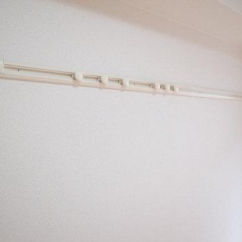 壁にピクチャーレールがついています。